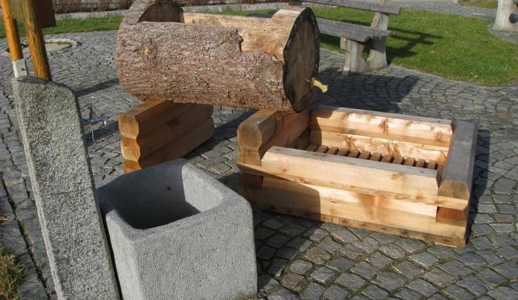 Barfußweg mit Holzbrunnen