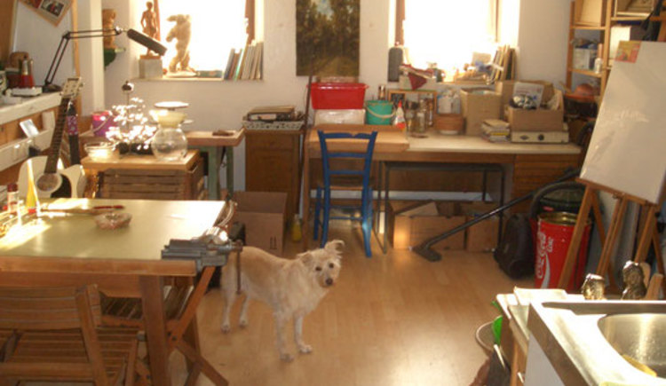The workshop of Andreas Pilz with his dog Suza