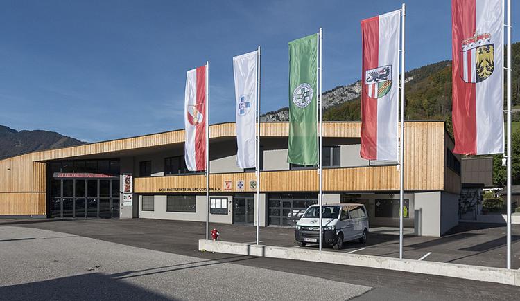 Das Einsatzzentrum in Bad Goisern direkt an der Bundesstraße beherbergt Feuerwehr, Wasserrettung und Bergrettung. (© Rudi Kain Fotografie)