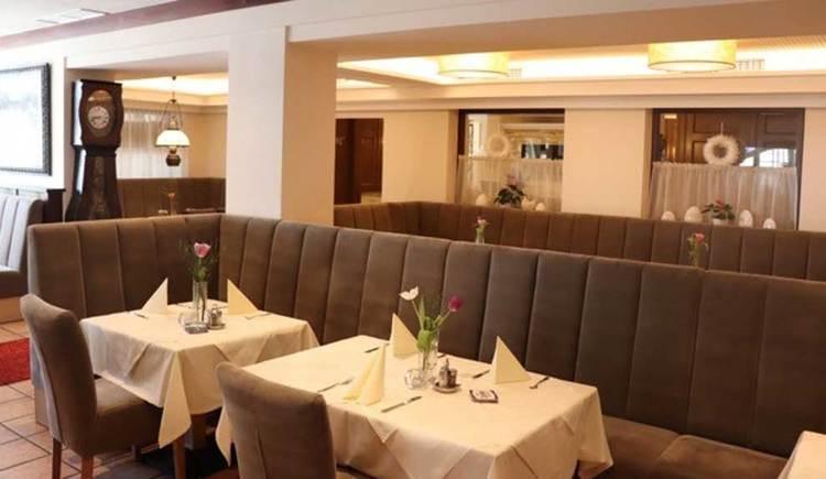Bänke, Tische und Stühle im Innenraum; die Tische sind bereits eingedeckt. (© Hotel Restaurant Krone)