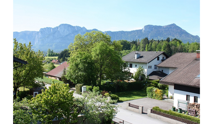 View from the house to the surroundings with trees, houses, in the background the mountains. (© Schnöll)