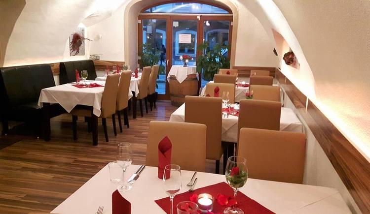 Innenbereich mit festlich gedeckten Tischen und Stühlen