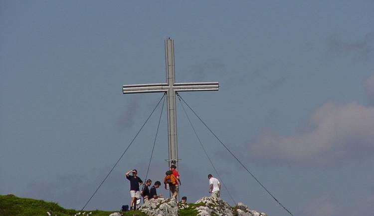 Herrliches Panorama vom Gipfelkreuz am Sarstein über die Region Dachstein-Salzkammergut