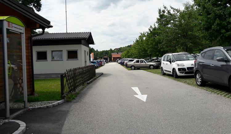 parkende Autos, seitlich ein kleines Haus