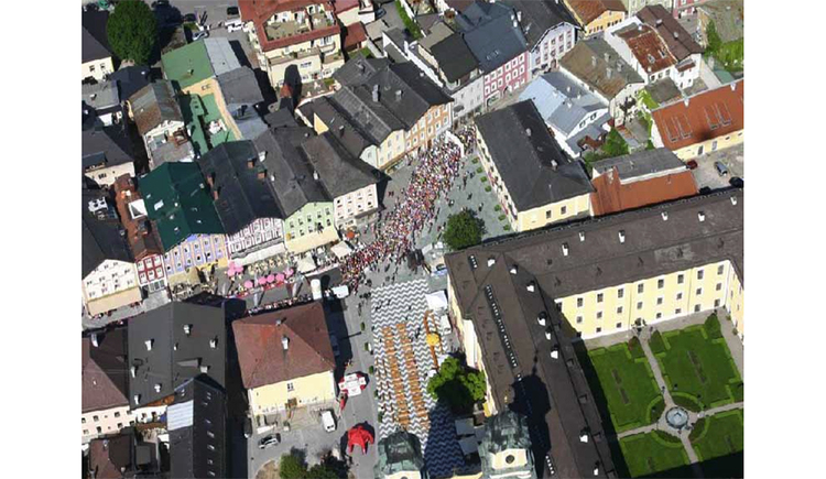 Start: Blick auf den Marktplatz von der Luft aus. (© Tourismusverband MondSeeLand)