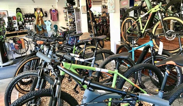 Mountainbikes, Rennräder, Trekking Bikes, E-Bikes, in der Goisern Bike World gibt es fast jeden Bikeytp zu kaufen. (© Fred Ruff)