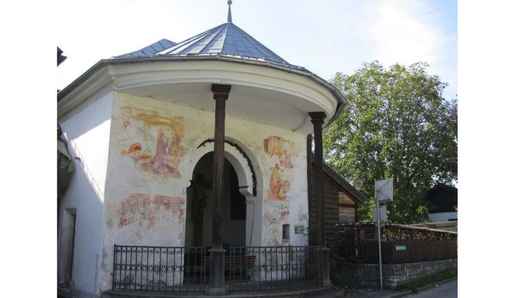 Blick auf die Kapelle, seitlich ein Baum. (© Tourismusverband MondSeeLand)