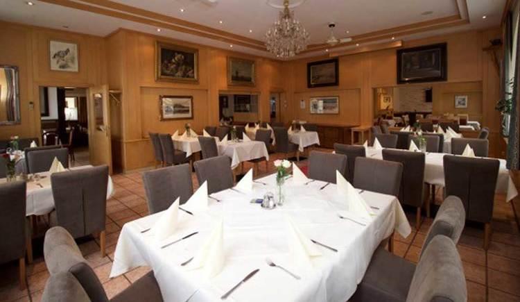 einige Tische und Stühle im Innenraum; die Tische sind bereits eingedeckt. (© Hotel Restaurant Krone)