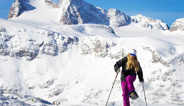 Schneeschuhwandern mit Blick auf den Dachstein. (© Dachstein Tourismus AG/Manfred Schöpf)