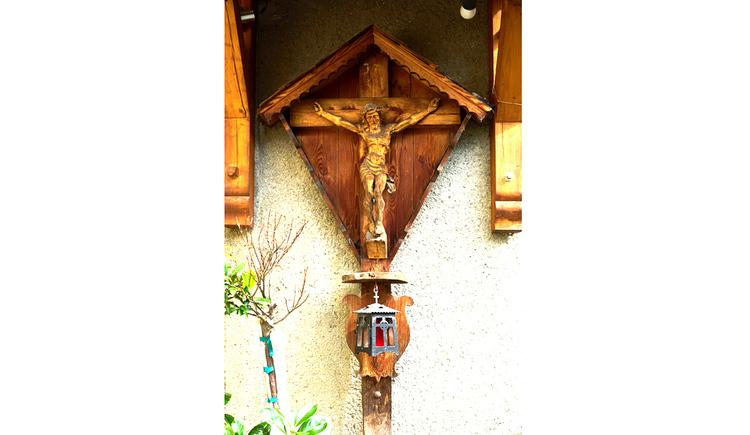 Blick auf das Holzkreuz