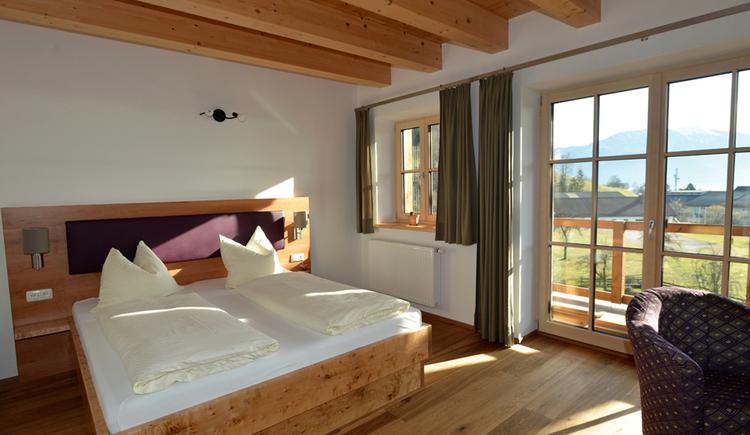 Doppelbett im Zimmer großer Balkontüre