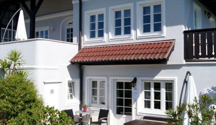 Steinmair`s Landhaus, Außenansicht Appartement mit kleiner Terrasse, Berg im Attergau