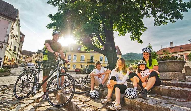 Familie unterwegs auf Radtour in der Wachau (© Österreich Werbung/Mooslechner)