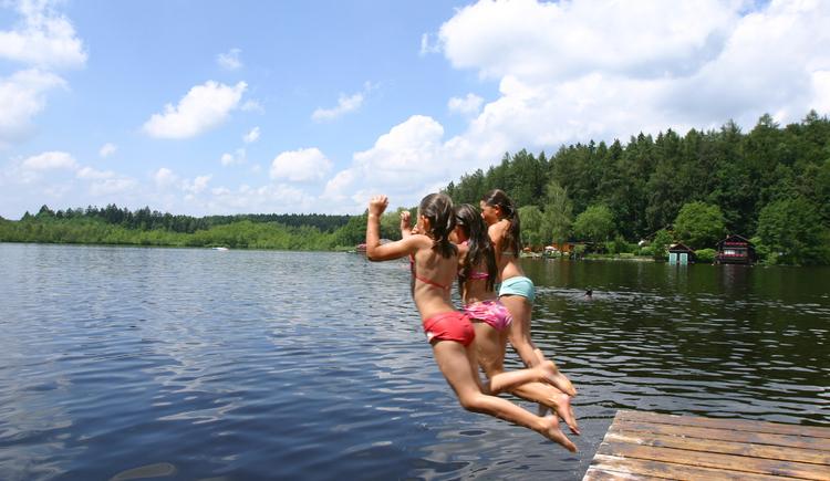 Holzöstersee mit Mädchen