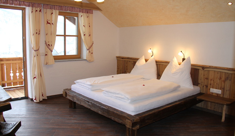 In this lovely rural bedroom, sweet dreams are guaranteed. (© Harald Sommerer)