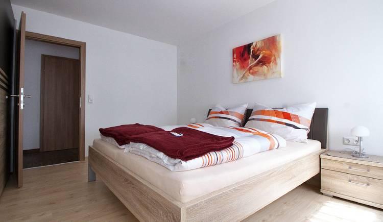Hell und freundlich eingerichtetes Schlafzimmer