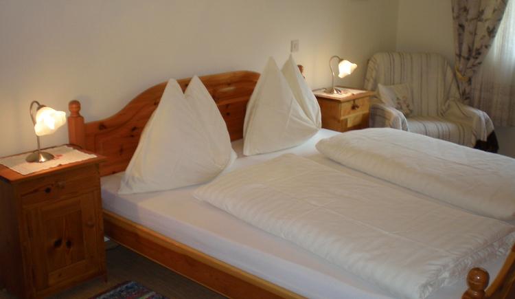 Geschmackvoll eingerichtetes Doppelzimmer der Ferienwohnung.