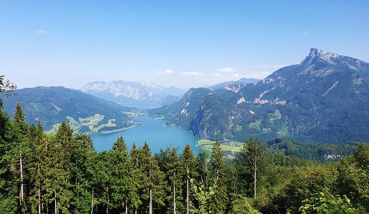 Aussicht vom Almkogel in Richtung Schafberg und Attersee. Auch das Höllengebirge ist noch zu sehen. (© TVB Mondsee-Irrsee)