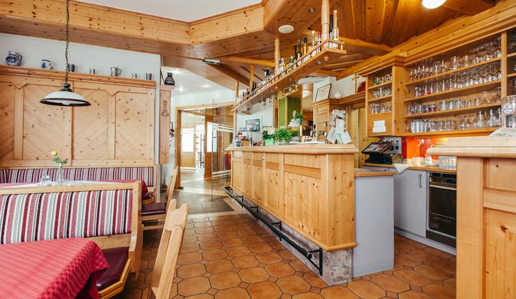 Gastzimmer mit Bar im Gasthof Gierlinger