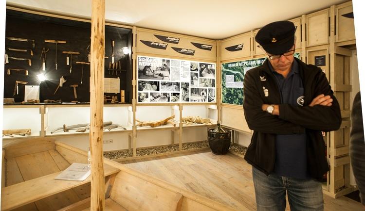 Brandstätter Robert - Vereinsmitglied im Ausstellungsraum. (© Schiffleut v.o. Donautal)