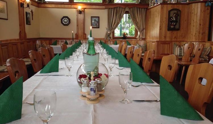 Perg voll Genuss: Gedeckter Tisch im Wintergarten bei Südstadtwirt Perg