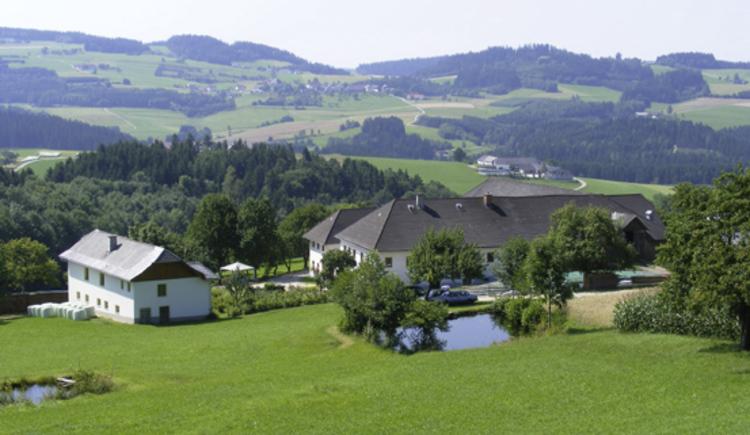 Der Nussbaumerhof inmitten der Mühlviertler Hügellandschaft