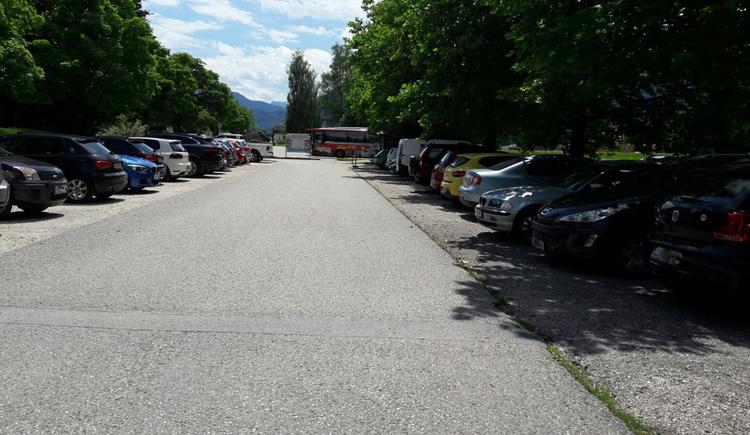 Side of the street parking cars. (© Tourismusverband MondSeeLand)