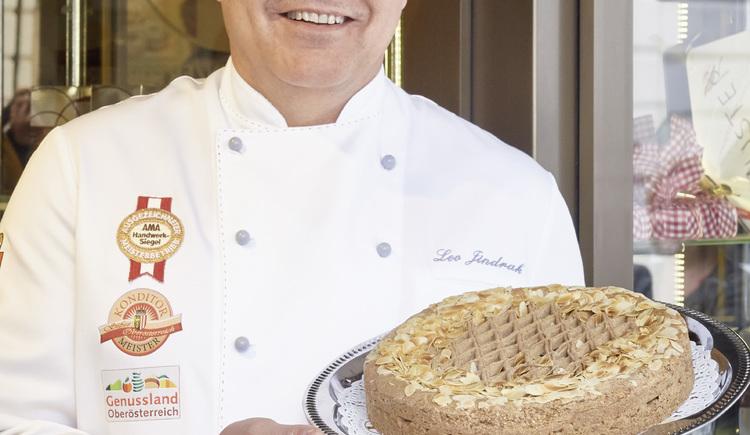 Konditormeister Leo Jindrak mit der Original Linzer Torte Konditorei Leo Jindrak, Linz. (© WGD Donau Oberösterreich Tourismus GmbH-Peter Podpera)