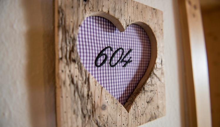 Zimmerschild aus Holz mit ausgeschnittenem Herz