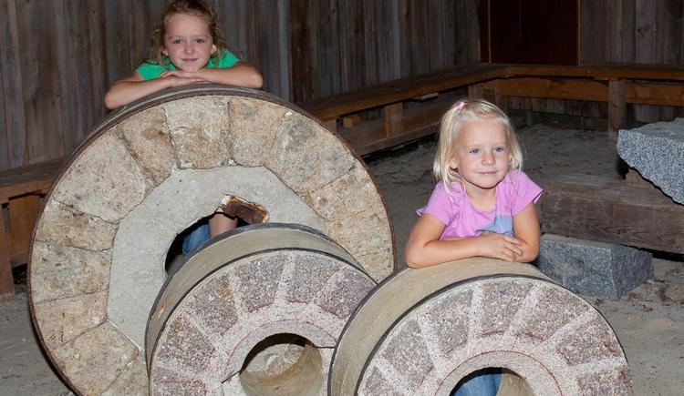 Neugierige Kinder in der Arbeitsh\u00fctte des Steinbrecherhauses