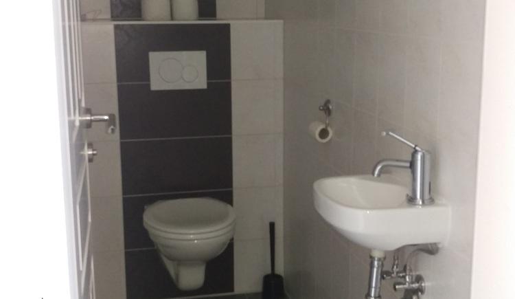 Das WC in der Ferienwohnung Stüger ist modern ausgestattet.