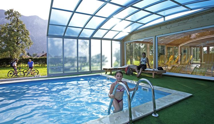 Der einladende Außenpool ist eine tolle Abkühlungsmöglichkeit während der Sommermonate. (© Landhotel Agathawirt)