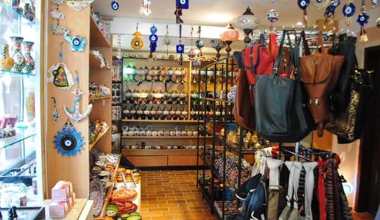 Das Geschäft mit einer großen Auswahl an Souvenirs.
