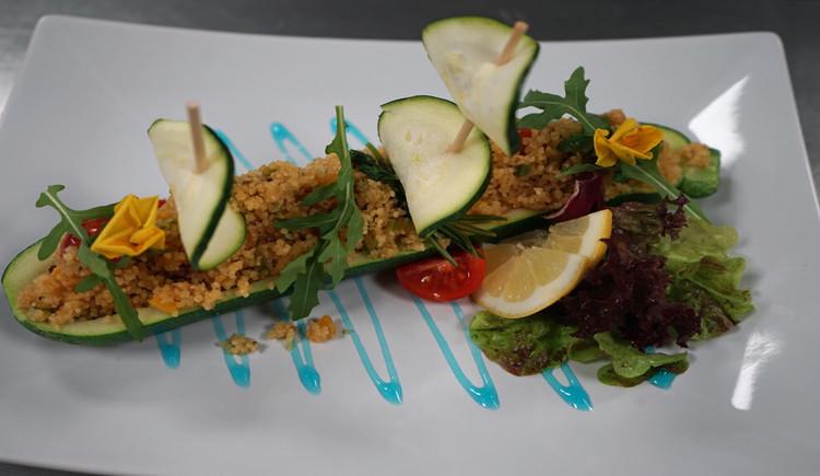 Gefuellte Zucchini auf Salat