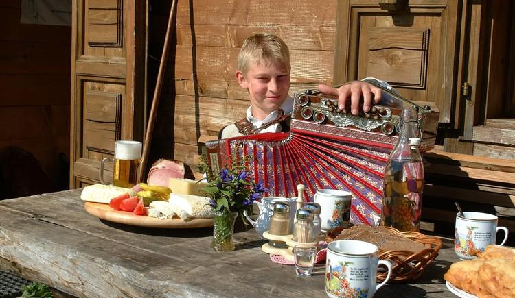 Die Almen der Regionen Fuschlsee und Wolfgangsee veranstalten Ende Juni ein großes Holunderblütenfest! (© Holleralmen)