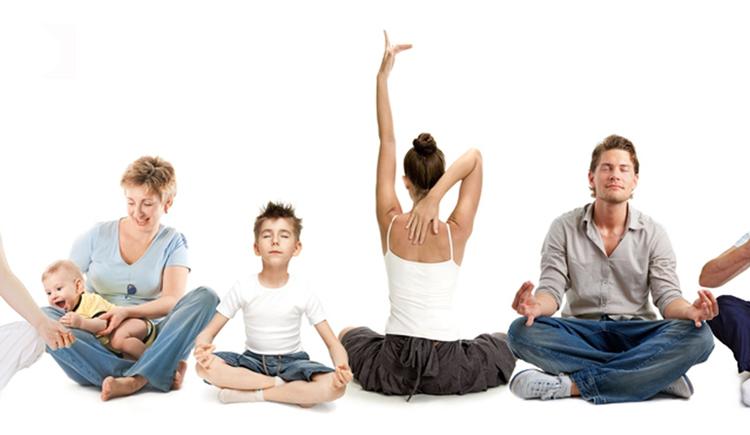 Personen im Yogasitz. (© Monika Struber)