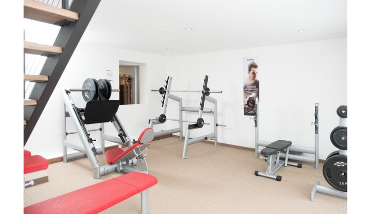 Fitnessgeräte in einem Raum