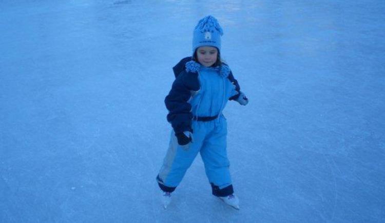 kleines Mädchen beim Eislaufen