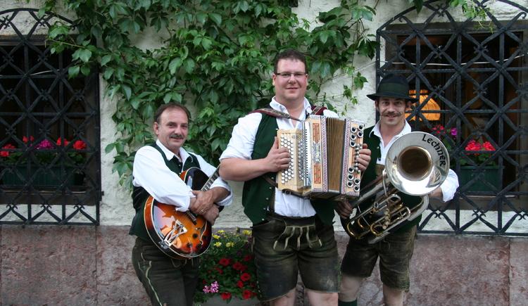 Enjoy a nice evening with traditional folk music.