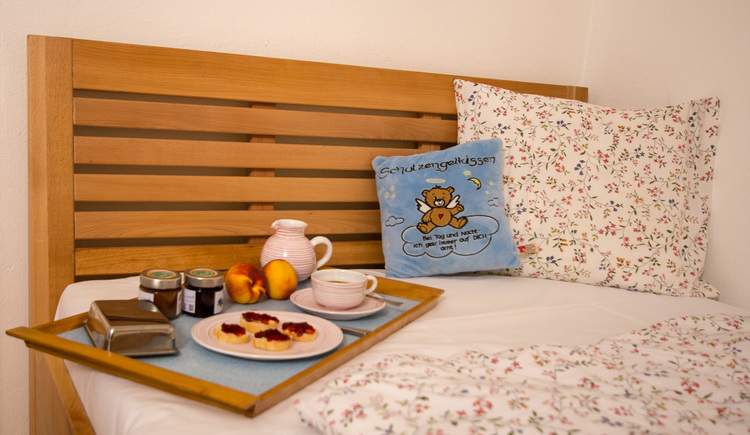 The single room is comfortably furnished, even breakfast can be enjoyed in bed.