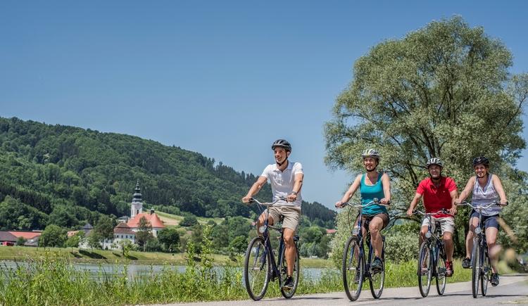 Donauradweg Kramesau - Blick auf Engelhartszell (© WGD Donau Oberösterreich Tourismus GmbH/Hochhauser)