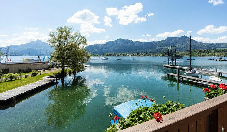Ausblick von einem der Balkonzimmer auf den See mit Berge. (© Hemetsberger)