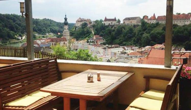 Blick von der überdachten Terrasse auf Burghausen. (© Waldgasthaus Naturfreunde)