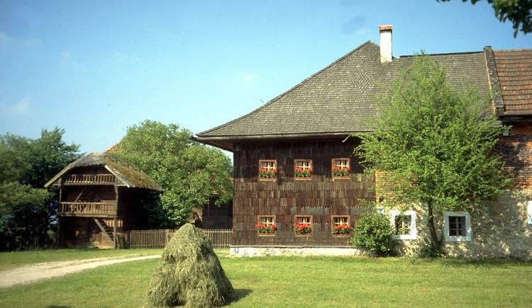 """Der \""""Stehrerhof\"""" stammt ursprünglich aus dem 16. Jahrhundert und ist seite 1978 das Freilichtmuseum Stehrerhof mit seinen Nebengebäuden, dem Troadkasten (links im Bild) der Hoarstube mit der Bollenbühne, dem Dörrhäusl und der Göpelhütte mit einem uralten Göpel aus Holz."""