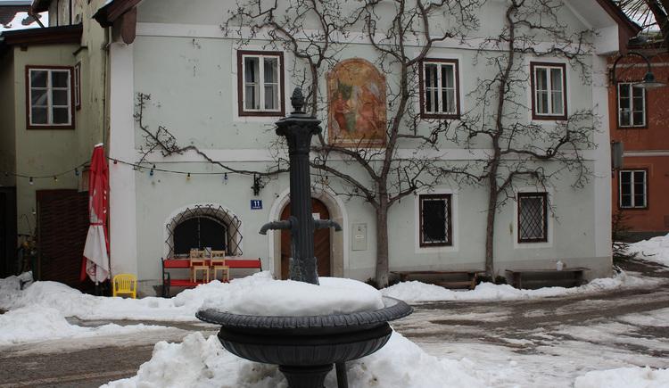 Der ehemalige Marktplatz in Bad Goisern mit dem gusseisernen Dorfbrunnen. (© Ferienregion Dachstein-Salzkammergut)