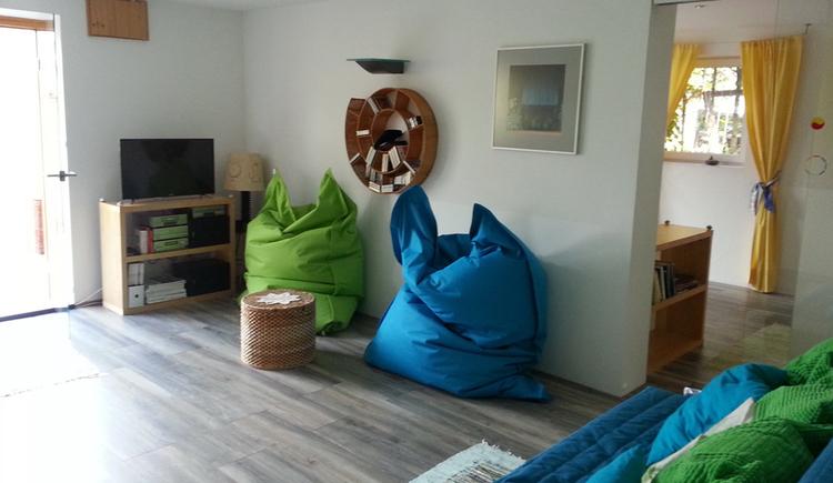 Wohnbereich mit Sitzsäcken, Fernseher, Couch