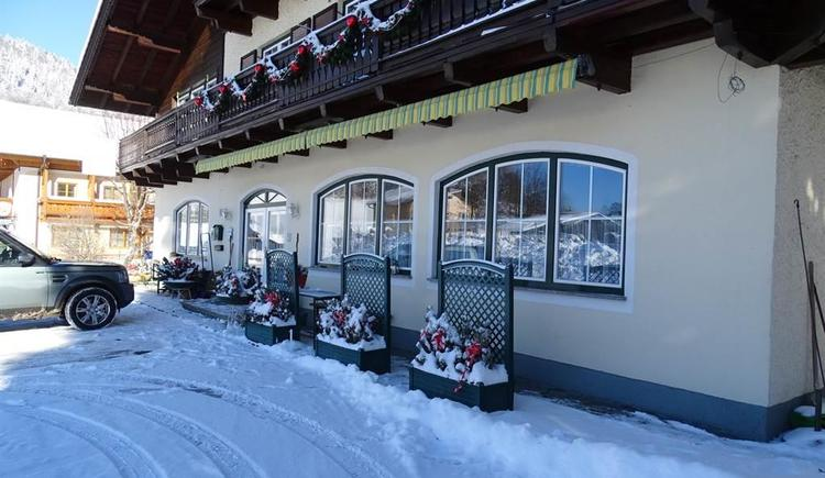 Pensionseingang mit Schnee