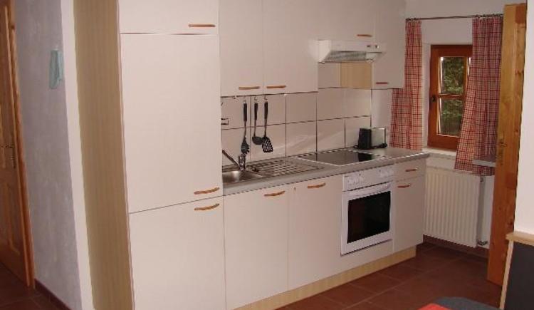 Küchenzeile mit Geschirrspüler (© Bauernhof Obere Wolfsgrub)