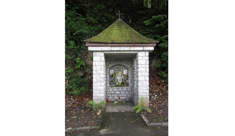 Blick auf eine Kapelle am Waldesrand