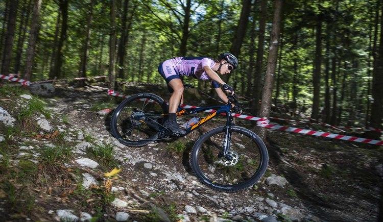 Im schattigen Wald durch flowige Trails auf dem KTM Bikes. Perfektes Urlaubsvergügen in der BSFZ Bike Arena Obertraun. (© KTM Fahrrad)